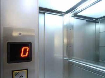 Perché gli specchi vicini all'ascensore? Servono a far pesare di meno l'attesa